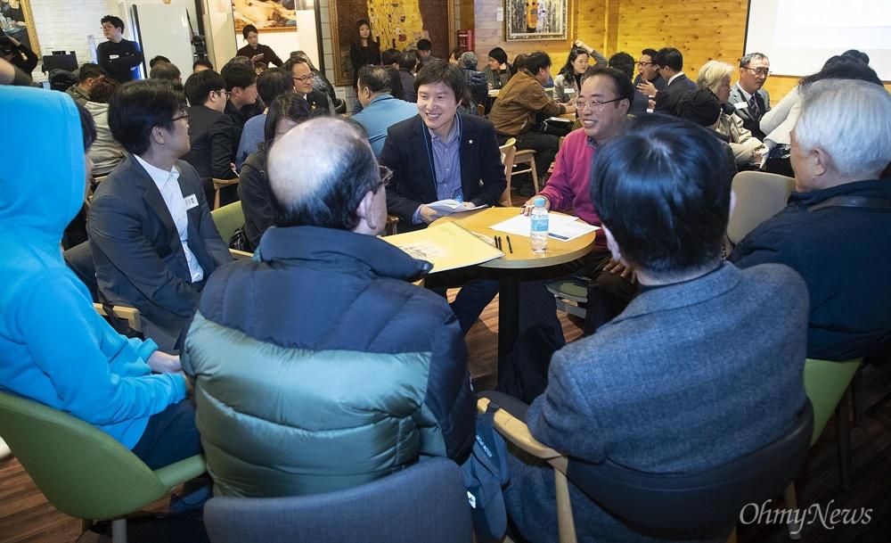 더불어민주당 소속 70년대생 이해영 의원이 19일 오후 서울 마포구 프리이엄라운지에서 열린 '서태지 세대 모여라!-7080 중구난방:국민의 목소리를 듣기 위한 시민평의회' 토크콘서트에 참석해 참석자들의 고민과 정책 제안을 경청하고 있다.
