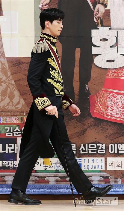 '황후의 품격' 신성록, 황제로소이다! 배우 신성록이 20일 오후 서울 목동 SBS사옥에서 열린 SBS 새수목드라마스페셜 <황후의 품격> 제작발표회에서 포토타임을 갖고 있다. <황후의 품격>은 황제 이혁을 고등학교 때부터 동경해 온 무명 뮤지컬 배우가 하루아침에 황후가 되어 국민 신데렐라가 된 뒤 유일하게 자신의 편이었던 태황태후의 의문의 죽음을 밝히기 위해 절대권력 황실과 맞서며 진정한 사랑과 행복을 찾는 황실 로맨스릴러다. 21일 수요일 오후 10시 방송.