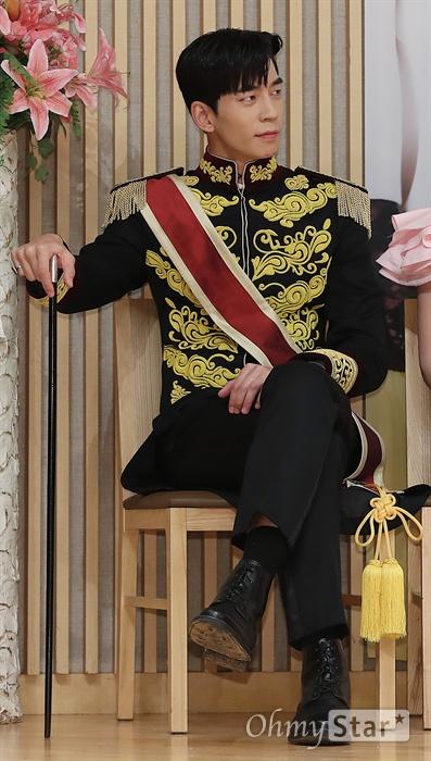 '황후의 품격' 신성록, 황제로소이다! 배우 신성록이 20일 오후 서울 목동 SBS사옥에서 열린 SBS 새수목드라마스페셜 <황후의 품격> 제작발표회에서 포토타임을 갖고 있는 동료배우들을 바라보고 있다. <황후의 품격>은 황제 이혁을 고등학교 때부터 동경해 온 무명 뮤지컬 배우가 하루아침에 황후가 되어 국민 신데렐라가 된 뒤 유일하게 자신의 편이었던 태황태후의 의문의 죽음을 밝히기 위해 절대권력 황실과 맞서며 진정한 사랑과 행복을 찾는 황실 로맨스릴러다. 21일 수요일 오후 10시 방송.