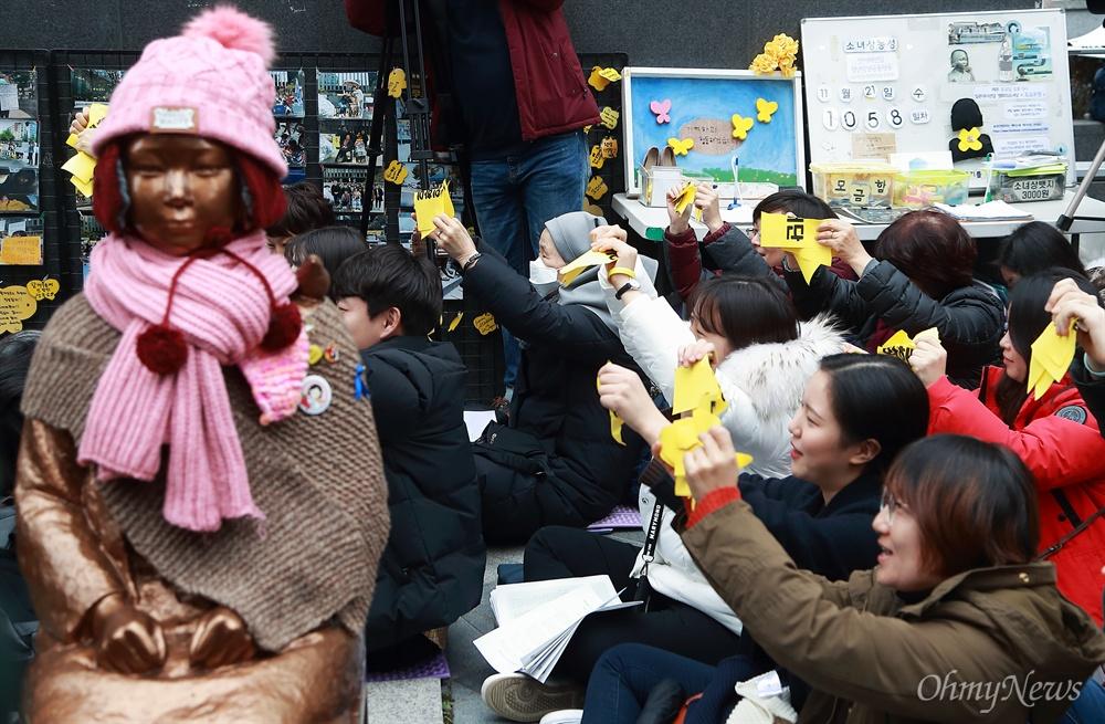 '화해치유재단' '2015한일합의' 찢는 수요시위 참가자들 여성가족부가 화해치유재단 해산 추진을 공식 발표한 가운데, 21일 오후 서울 종로구 일본대사관앞에서 제1,362차 일본군성노예문제 해결을 위한 정기 수요시위가 열리고 있다. 참석자들이 '2015한일합의' '화해치유재단'이 적힌 종이를 찢고 있다.