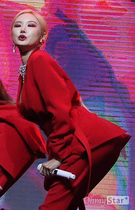 'EXID' LE, 입술로 전하는 알러뷰 걸그룹 EXID의 LE가 21일 오후 서울 한남동의 한 공연장에서 열린 새 앨범 <알러뷰(I Love You)> 발매 쇼케이스에서 신곡 '알러뷰'를 열창하며 화려한 무대를 선보이고 있다. 리더 솔지가 합류하며 2년 만의 완전체로 발표하는 첫 앨범의 신곡 '알러뷰'는 EXID가 데뷔 이래 처음으로 시도하는 사랑 노래다. 솔지는 2016년 12월 갑상샘 기능항진증으로 팀 활동을 중단한 후 휴식과 치료를 병행해 왔다.
