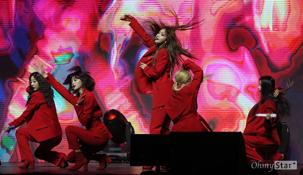 완전체 'EXID', 5명이라 더욱 소중 걸그룹 EXID(솔지, LE, 하니, 혜린, 정화)가 21일 오후 서울 한남동의 한 공연장에서 열린 새 앨범 <알러뷰(I Love You)> 발매 쇼케이스에서 신곡 '알러뷰'를 열창하며 화려한 무대를 선보이고 있다. 리더 솔지가 합류하며 2년 만의 완전체로 발표하는 첫 앨범의 신곡 '알러뷰'는 EXID가 데뷔 이래 처음으로 시도하는 사랑 노래다. 솔지는 2016년 12월 갑상샘 기능항진증으로 팀 활동을 중단한 후 휴식과 치료를 병행해 왔다.