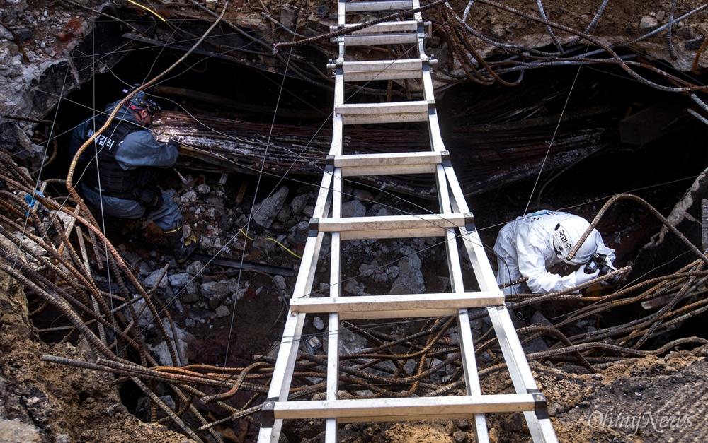 국립과학수사연구원, 경찰, 소방, 한국전기안전공사 관계자 등 합동조사단이 26일 오전 서울 서대문구 KT아현국사에서 이틀전 발생한 화재원인을 조사하고 있다.