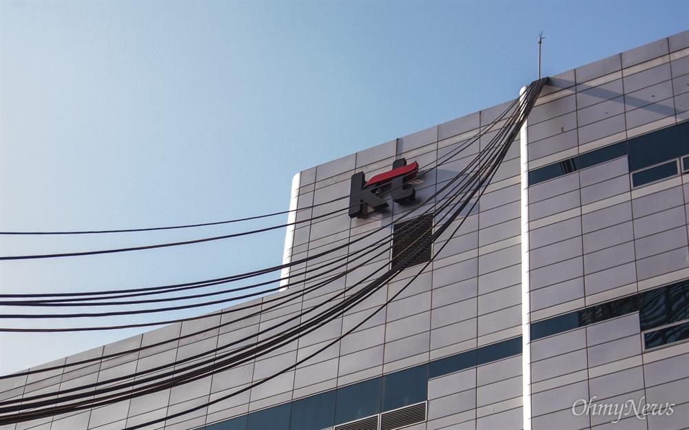 26일 오전 서울 서대문구 KT아현국사에서 이틀전 발생한 화재로 마비된 통신 복구를 위한 케이블이 임시로 설치되어 있다.