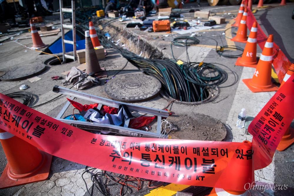 26일 오전 서울 서대문구 KT아현국사에서 이틀전 발생한 화재로 마비된 통신을 복구하기 위한 케이블이 설치 되어 있다.