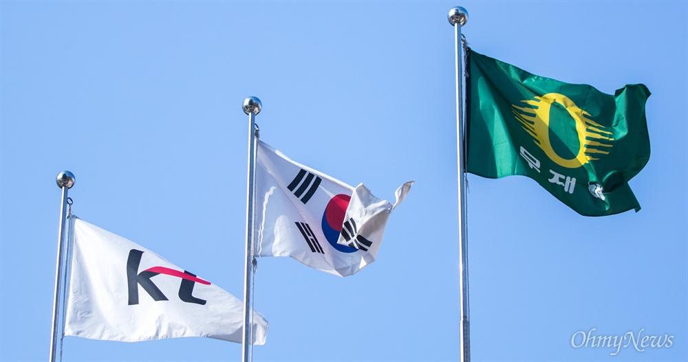 26일 오전 이틀전 화재가 발생한 KT아현국사의 국기계양대에 사기, 태극기, 무재해 깃발이 나란히 걸려있다.