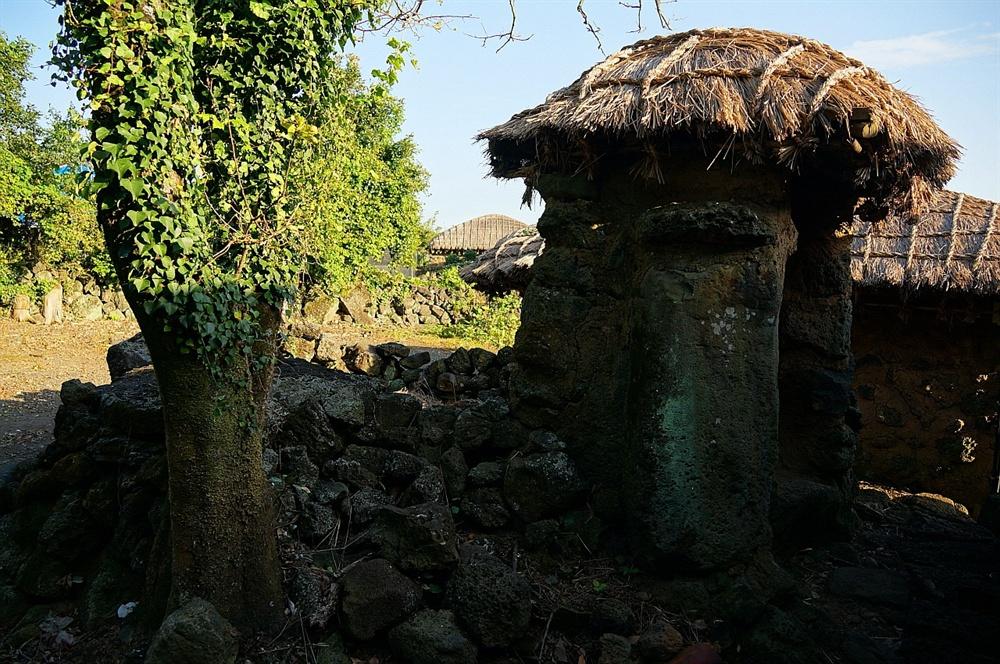 객주집 통시(변소)  객주집 통시는 인상적이다. 객주집에 드나드는 물설어 하는 이를 배려한 것인지 큰 돌 두 개를 세우고 그 위에 지붕까지 만들어 놓았다.