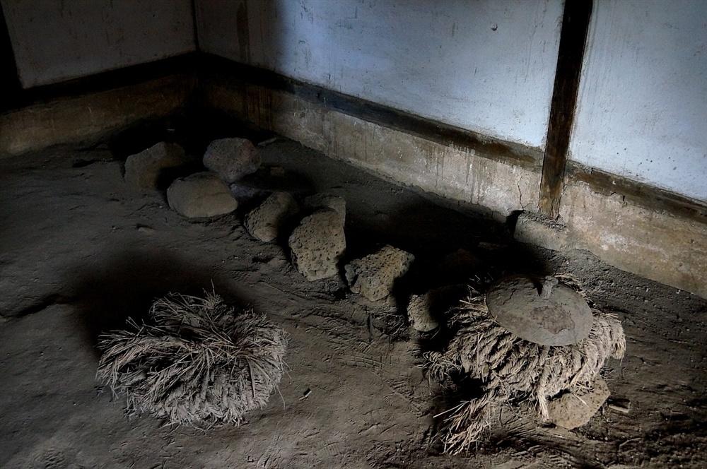고평오고택 정지  밥 짓는 곳은 돌 세 개를 세워 그 위에 솥을 걸어 화덕을 만들어 사용하였다. 돌 세 개는 여신인 화신(火神)으로 숭배됐다는 연구도 있다.
