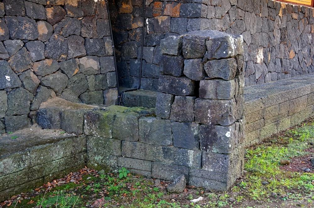 성읍마을 객사 굴뚝  객사 굴뚝은 동서 익사(날개집)에 하나씩 두 개 있다. 익사 벽체와 기단과 똑같은 무늬의 돌을 사용하여 숨은 것처럼 보인다.