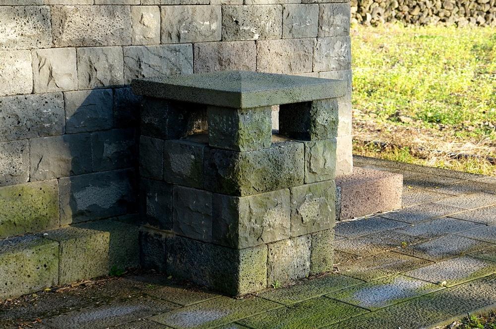 성읍마을 근민헌 굴뚝 근민헌은 정의 현감이 사무를 보던 청사로 굴뚝은 두 개 있다. 굴뚝은 벽체와 똑같은 색으로 맞추어 일부러 숨긴 듯 '은폐된' 것으로 보인다.