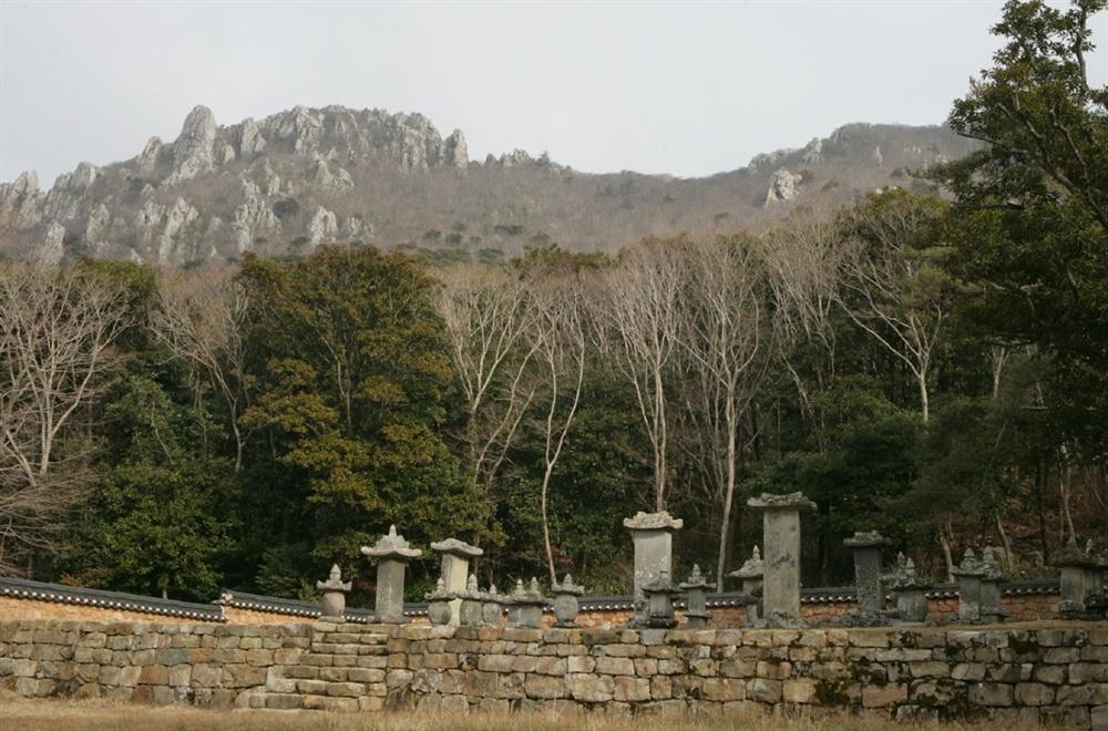 달마산과 미황사 부도밭. 미황사에서 시작된 달마고도가 산허리를 돌아 부도밭을 거쳐 다시 미황사로 연결된다.