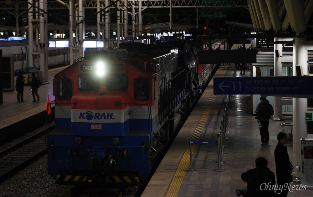 남북철도공동조사단 열차가 30일 오전 북측으로 출발하기 전 서울역에 정차해 있다 .