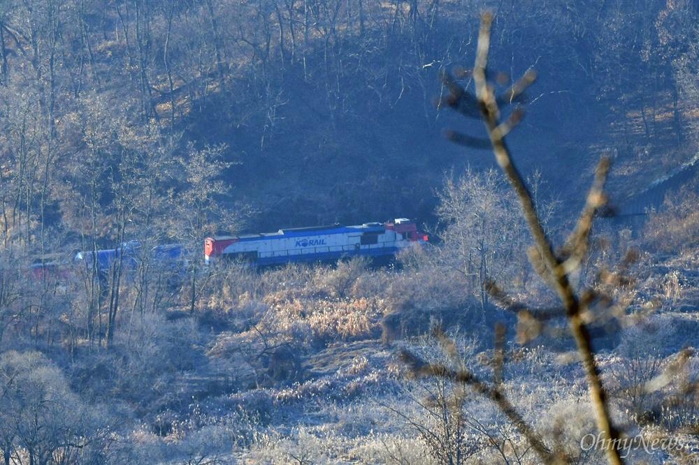 남북철도공동조사단이 탑승한 열차가 30일 오전 경기도 파주 군사분계선을 넘어 북으로 향하고 있다.