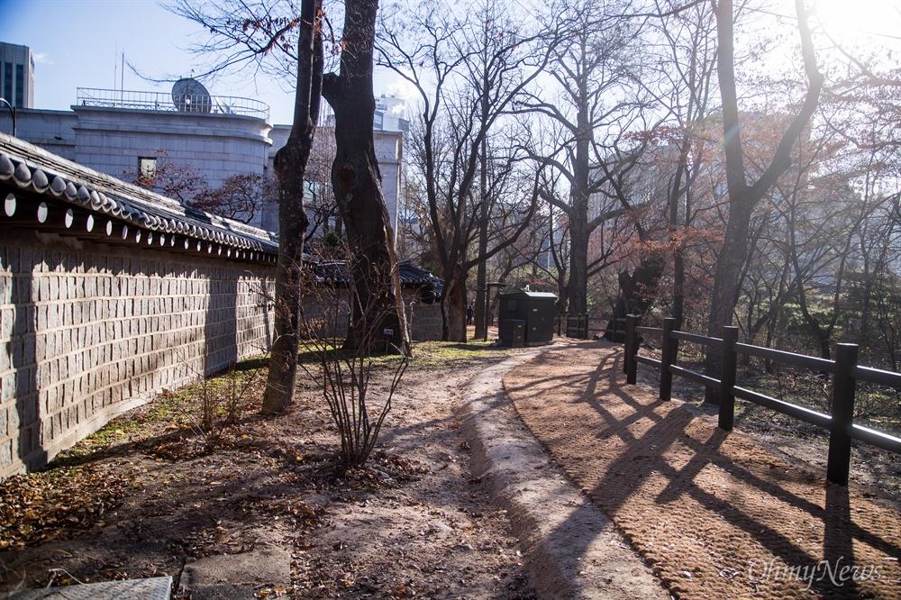 영국대사관으로 인해 막혔던 덕수궁 돌담길이 7일 오전 전구역이 개방되어 막혔던 길이 연결되었다.