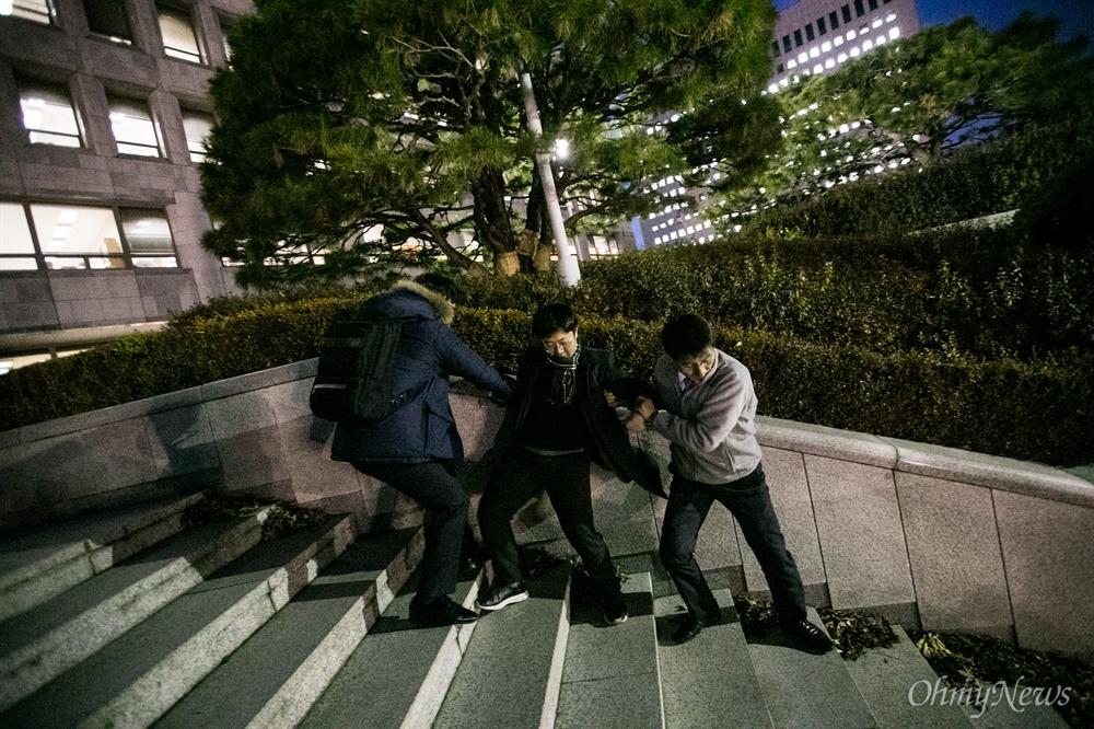 청년민중당 당원들이 7일 오후 서울 서초구 대법원에서 박병대, 고영한 전 대법관의 영장 기각을 규탄하는 기습시위를 벌이던 중 대법원 관계자에게 끌려 나오고 있다.