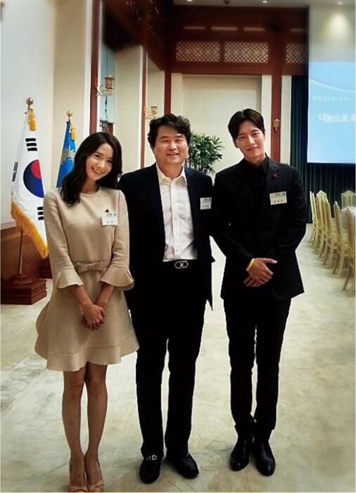 2015년 8월 청와대 주최 조찬 모임에 참석한 윤아(우측)와 박해진(좌측). 박해진 오른쪽 손목에 노란 팔찌가 보인다.