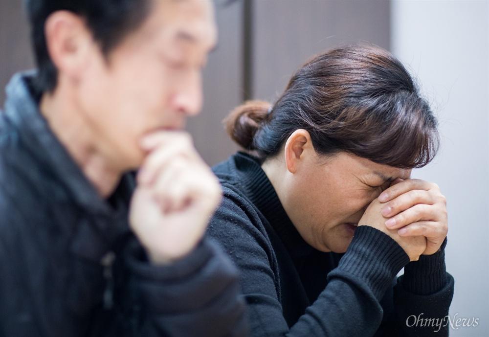 최근 컨베이어벨트 사고로 숨진 비정규직 노동자 김용균씨의 어머니 김미숙씨가 18일 오후 충남 태안군에 마련된 장례식장에서 인터뷰 도중 눈물을 흘리고 있다.