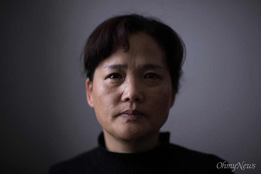 최근 태안화력발전소 컨베이어벨트 사고로 숨진 비정규직 노동자 김용균씨의 어머니 김미숙씨.