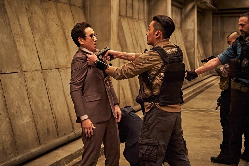 영화 < PMC: 더 벙커>의 한 장면.