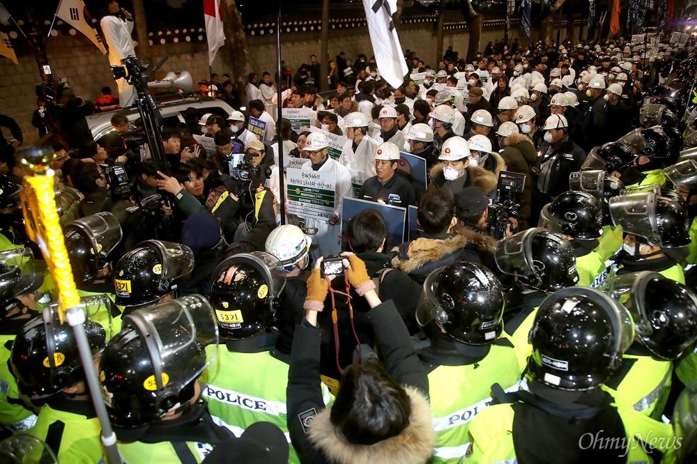 비정규직 대표단 100인과 발전소 비정규직 노동자, 시민들이 21일 오후 서울 종로구 서울고용노동청에서 출발해 청와대까지 '비정규직 이제는 그만 1,100만 비정규직 촛불 행진'을 벌였다.