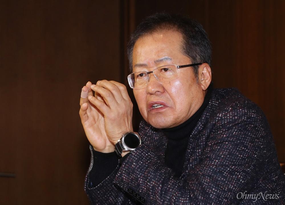 기자 질문받는 홍준표 전 대표 자유한국당 홍준표 전 대표가 26일 오후 서울 중구 한국프레스센터에서 열린 보수 진영 싱크탱크 '프리덤코리아 포럼' 창립식에 참석한 뒤 기자들의 질문에 답변하고 있다.