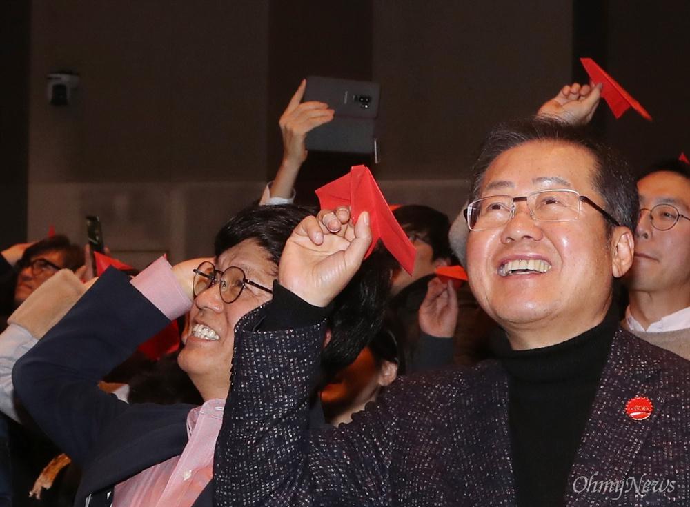 종이비행기 날리는 홍준표 자유한국당 홍준표 전 대표가 26일 오후 서울 중구 한국프레스센터에서 열린 보수 진영 싱크탱크 '프리덤코리아 포럼' 창립식에서 빨간색 종이비행기를 날리고 있다.