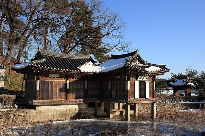 활래정과 월하문(오른쪽) 월하문은 활래정을 출입하는 문으로 기둥에는 가도의 시가 주련으로 걸려 있는 운치 있는 문이다.