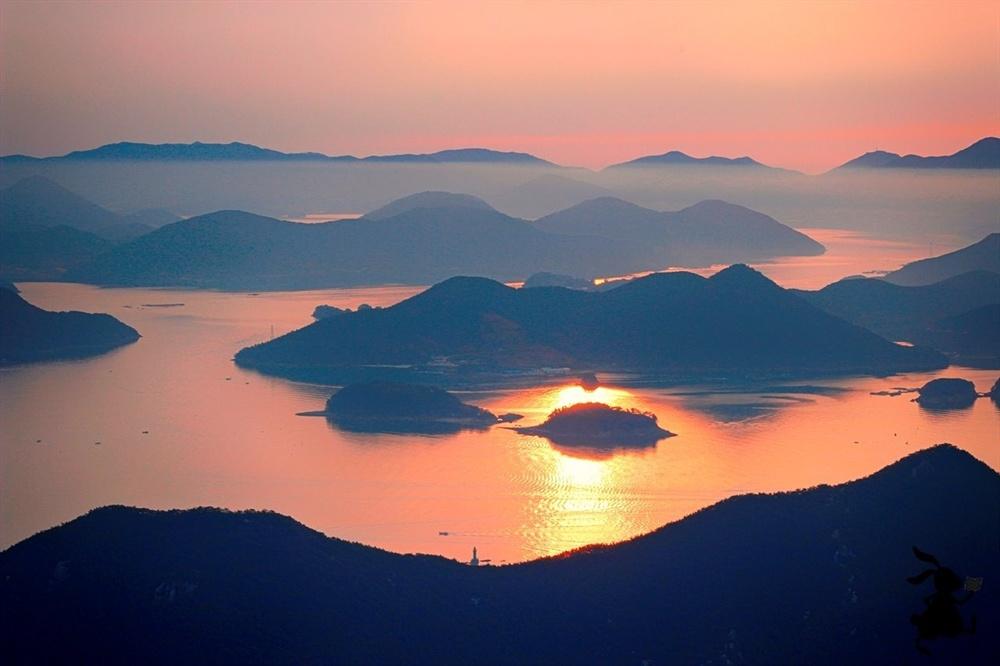 통영의 미륵산. 해맞이 으뜸 장소로, 켜켜이 모인 섬들과 화려한 통영의 시가지를 한눈에 볼 수 있다.