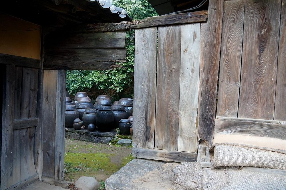 오봉생가 뒤꼍 장독대 안채와 별채 사이 문틀사이로 보이는 장독대. 오른쪽 문틀 바로 뒤에 안채 기단굴뚝이 있다. 문은 떨어져 없지만 문을 닫으면 안주인의 조그만 세상이 된다.