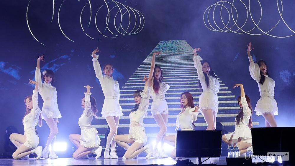 우주소녀, 찬란한 청량미 걸그룹 우주소녀(WJSN)가 8일 오후 서울 광장동의 한 공연장에서 열린 새 미니앨범 < WJ STAY?(우주 스테이?) > 미디어 쇼케이스에서 타이틀곡 'La La Love'(라 라 러브)를 열창하며 화려한 무대를 선보이고 있다. 이번 미니앨범 < WJ STAY?(우주 스테이?) >에서는 멤버 중 미기와 선의가 중국 걸 그룹 화전소녀(로켓걸스)활동으로, 성소가 미리 예정된 중국 스케줄로 인해 참여하지 않고 10인 체제(설아, 엑시, 보나, 은서, 다영, 다원, 수빈,여름, 루다, 연정)로 활동에 나선다.
