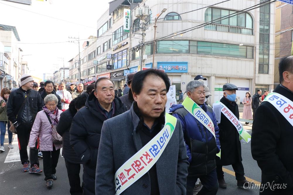 예천군의원들의 해외연수 추태에 뿔난 예천군민들이 11일 오전 예천읍 천보당사거리에서 집회를 열고 예천군의회까지 약 2.2km를 거리행진하고 있다.