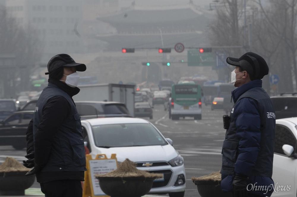 미세먼지 나쁨, 마스크 착용한 금연구역 단속자 고농도 미세먼지로 수도권을 포함한 전국 곳곳에 미세먼지 비상저감조치가 시행된 14일 오전 서울 중구 서울시청 앞에서 금연구역 단속자들이 마스크를 쓴 채 발걸음을 옮기고 있다.  이날 서울시는 미세먼지 비상저감조치를 발령해 2005년 12.31 이전 수도권에 등록된 총중량 2.5톤 이상 경유차 운행제한과 자동차 배출가스, 공회전 단속 및 행정, 공공기관 주차장을 전면 폐쇄했다.