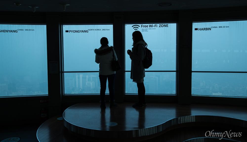 미세먼지가 매우나쁨 수준으로 미세먼지 비상저감조치가 시행 된 14일 오전 서울N타워에서 관광객들이 뿌연 시내를 내려다 보고 있다.