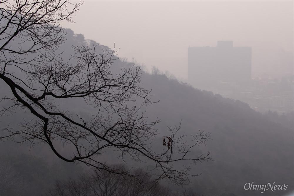 미세먼지가 매우나쁨 수준으로 미세먼지 저감조치가 시행 된 14일 오전 서울 남산 일대에서 바라본 서울 시내가 뿌옇게 흐려 보이고 있다.