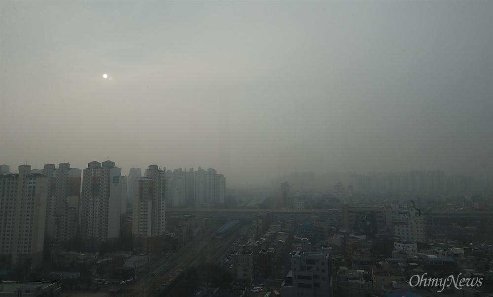 """""""보름달이 아닙니다"""" '수도권형 비상저감조치(서울 지역내 고농도 미세먼지(PM-2.5)가 일정기간 지속될 경우)'가 발령된 14일 오전 서울 하늘에 뜬 태양이 마치 보름달처럼 보인다."""