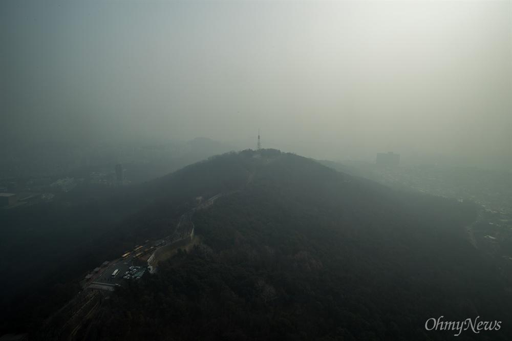 미세먼지가 매우나쁨 수준으로 미세먼지 비상저감조치가 시행 된 14일 오후 서울N타워에서 바라본 서울 일대가 뿌옇게 흐려 보이고 있다.