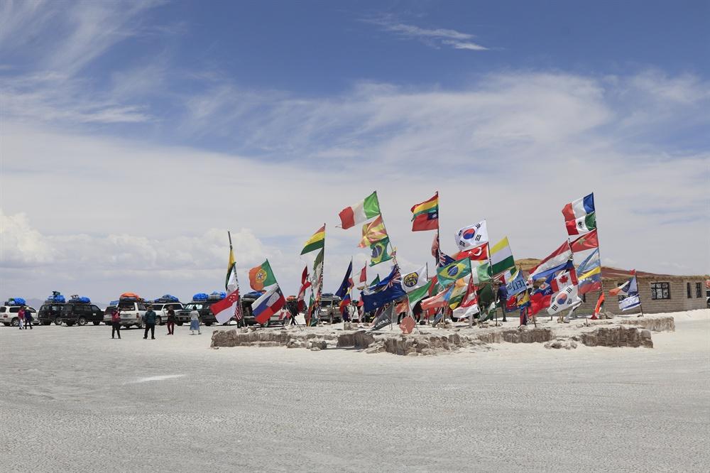 소금호텔 앞에는 각국 여행자들이 꽂아놓은 국기들이 펄럭거렸다. 태극기가 나부끼는 모습은 일행을 즐겁게 했다