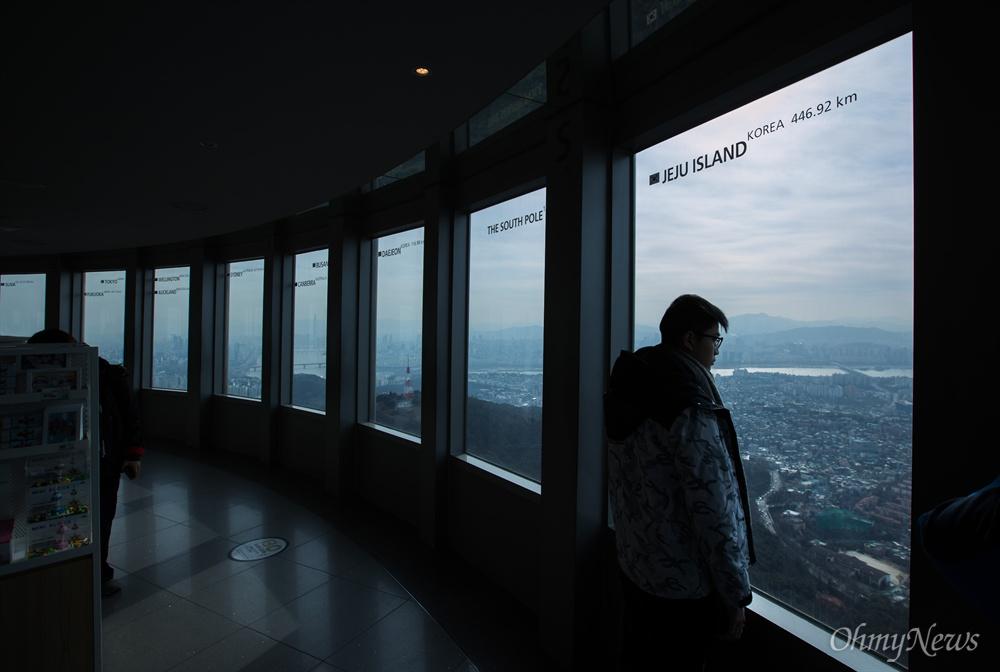 미세먼지가 걷히며 트인 시야로 한 광광객이 서울시내 풍경을 감상하고 있다.