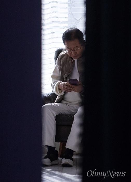 홍준표 전 자유한국당 대표가 18일 오후 서울 마포구 홍대 인근 한 스튜디오에서 본인의 유튜브 채널 <홍카콜라> 개국 한달 기념 생방송을 기다리며 자신의 휴대폰을 들여다 보고 있다.