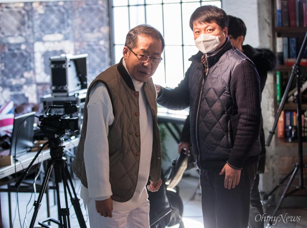 홍준표 전 자유한국당 대표가 18일 오후 서울 마포구 홍대 인근 한 스튜디오에서 본인의 유튜브 채널 <홍카콜라> 개국 한달 기념 생방송을 준비하고 있다.