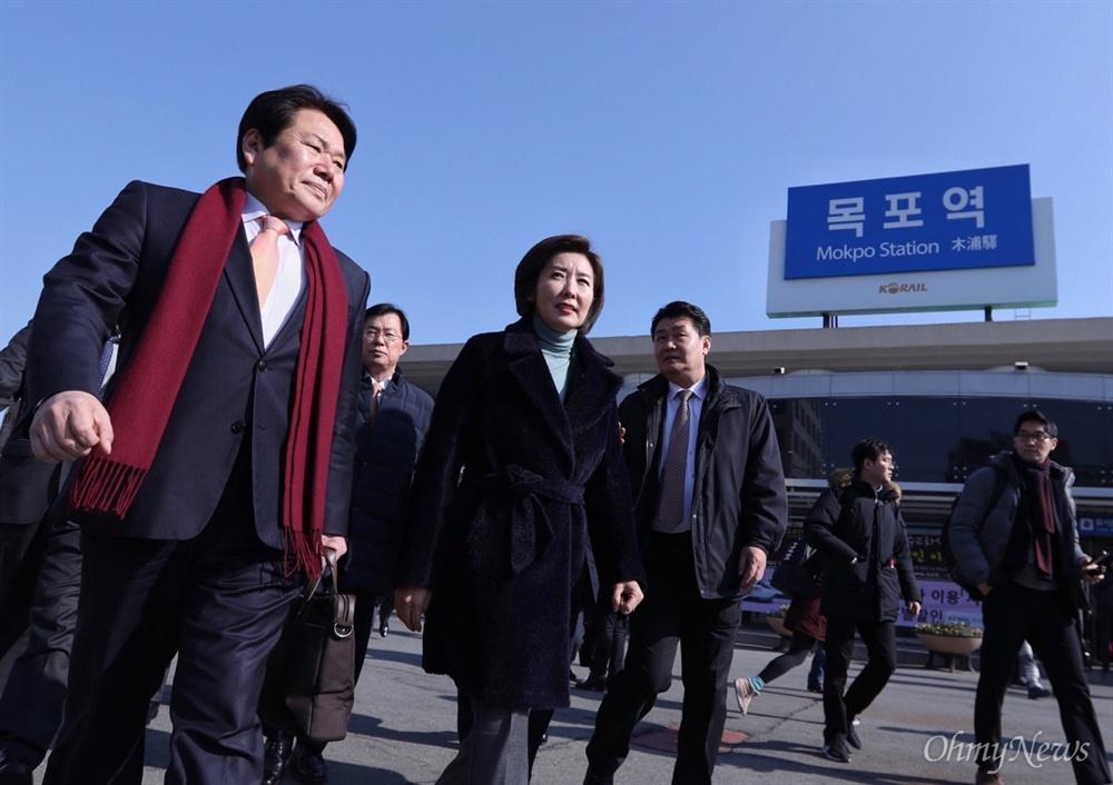 목포 도착한 나경원 원내대표 22일 오후 자유한국당 나경원 원내대표가 '손혜원 랜드 게이트 진상규명 TF' 의원들과 함께 목포역에 도착하고 있다.