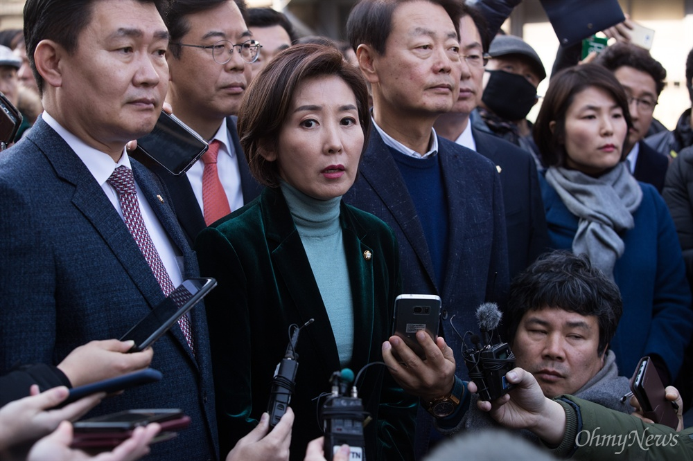 나경원 자유한국당 원내대표와 손혜원랜드 게이트 진상조사 TF 소속 의원들이 22일 전남 목포시 원도심 역사문화거리를 방문해 살펴보고 있다.
