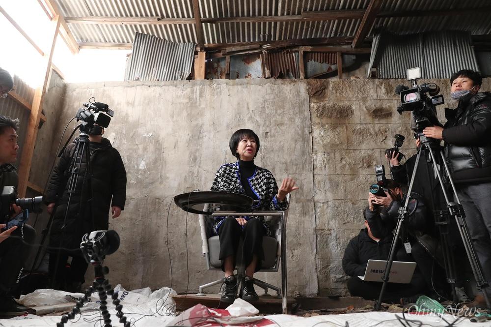손혜원 의원 목포에서 기자회견 개최 목포 원도심 투기의혹을 받고 있는 손혜원 의원이 23일 오후 전남 목포 역사문화거리 박물관 건립 희망지에서 기자회견을 열어 자신의 입장을 밝혔다.
