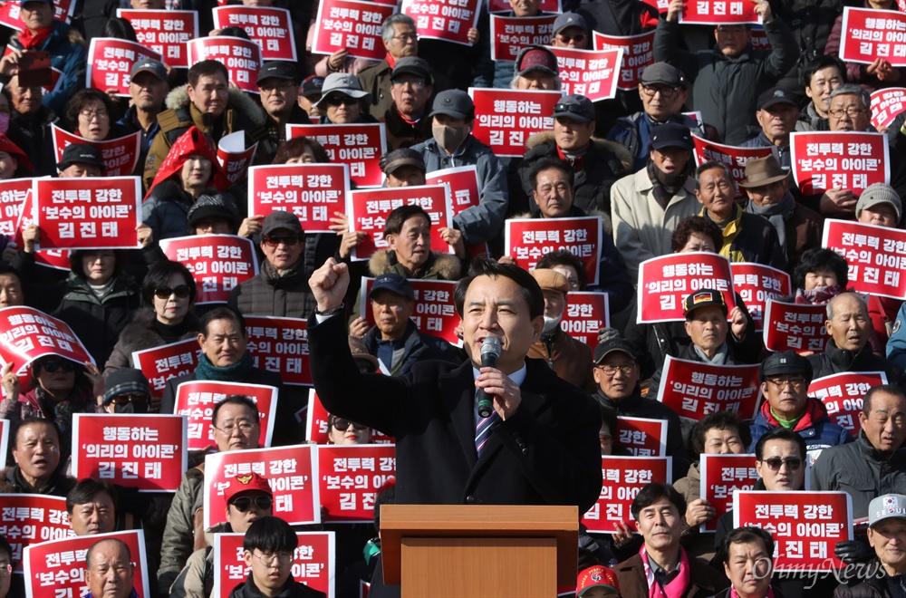 당대표 출마선언한 김진태 김진태 자유한국당 의원이 23일 오후 서울 여의도 국회 본관 앞에서 당대표 출마 선언을 하고 있다.