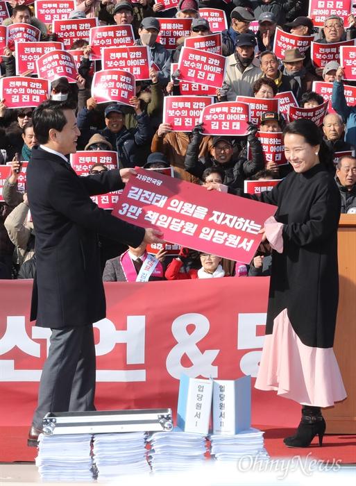 지지자들의 입당원서 받아 든 김진태 의원 김진태 자유한국당 의원이 23일 오후 서울 여의도 국회 본관 앞에서 당대표 출마 선언을 하기 앞서 지지자들의 입당원서를 전달받고 있다.