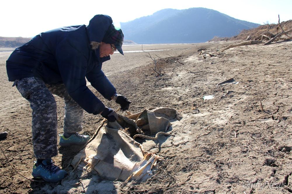 낙동강 합천창녕보 수문 개방 이후 상류에 있는 강 바닥에서 4대강사업 당시 놓아두었던 폐자재와 쓰레기들이 드러났다.