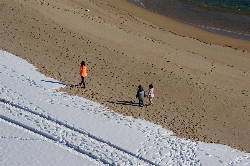 청간정 해변  울음모래를 밟으며 한가로이 거니는 엄마와 아이들이 까마득하다. 울음모래소리는 울음소리 아닌 행복의 소리로 들린다.(2016.12 촬영)
