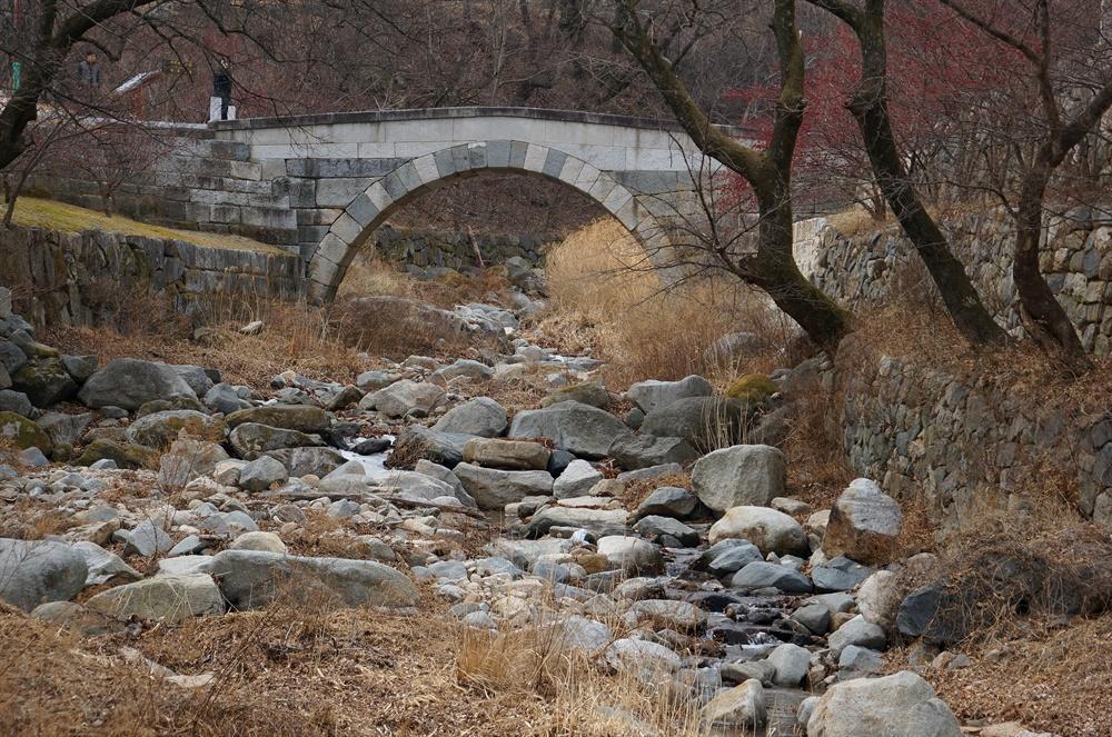 능파교  보물 1336호. 1704-1707년 사이에 축조된 것이다. 대웅전과 극락전 영역을 잇는 다리다.