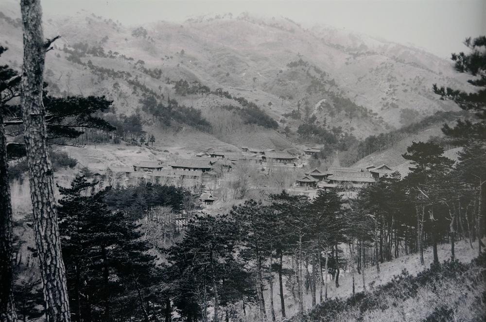 옛 건봉사 전경  1929년 건봉사 전경이다. 건봉사 가운데를 가르는 계류 양쪽에 크고 작은 전각과 문루가 가득하다.