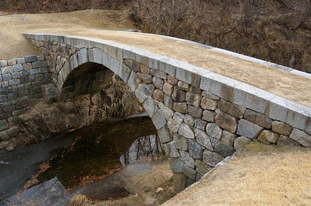육송정 홍교  보물 1337호. 능파교와 같은 시기에 만들어진 것으로 추정된다. 변방에 이렇게 아리따운 무지개다리라니, 변방 고성을 다시 보게 된다.
